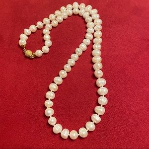 Natural pearl necklace from Italy with gold clasp